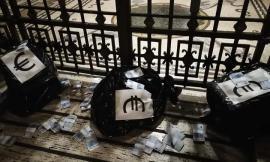 """Ancona, Casa Pound scarica 'mazzette' e sacchi di banconote false davanti al Comune: """"Stop a corruzione"""""""