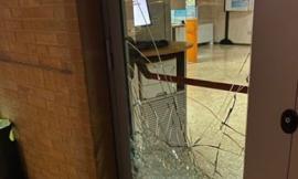 Montecosaro, tentano di assaltare  la banca nella notte: porta a vetri in frantumi