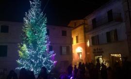 La magia del Natale ad Appignano: acceso il grande albero in piazza