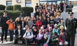 """Gli alunni del """"Leopardi"""" a lezione di legalità: visita alla caserma dei carabinieri di Civitanova"""
