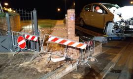 Incidente a Loro Piceno, auto finisce contro un cancello (FOTO)