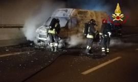 Muccia, furgone prende fuoco in galleria: superstrada chiusa nella corsia mare-monti (VIDEO e FOTO)