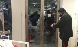 Furto con spaccata nella notte a Porto Recanati: ladro ripreso dalle telecamere del negozio (FOTO)
