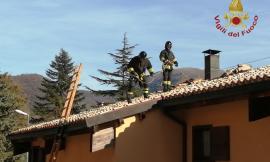 Serravalle del Chienti, incendio canna fumaria: fiamme minacciano il sottotetto (FOTO)