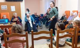 Loro Piceno, nonni e bambini cantano insieme alla casa di riposo