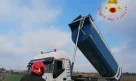 Recanati, ribaltabile di un camion tocca i cavi dell'alta tensione: conducente soccorso dai Vigili del Fuoco