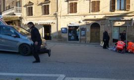 Sarnano, donna investita in piazza della Libertà: trasportata in ospedale (FOTO)