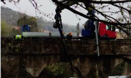 San Severino, gru e volontari della Protezione Civile liberano le sponde del fiume Potenza