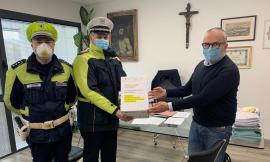 Macerata, la Polizia Locale distribuisce 1000 mascherine all'Area Vasta 3 e Ircr