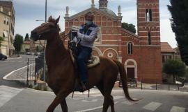 Corridonia, la fase 2 in città si affronta in sella al cavallo