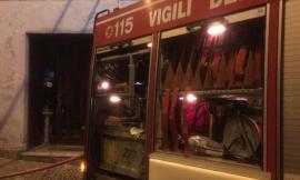 Tolentino, Fiat Punto in fiamme nella notte in pieno centro