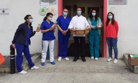 Macerata, una dolce carezza agli infermieri di Villa Cozza: l'omaggio dell'Osteria dei Fiori