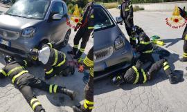 Corridonia, cane rimane incastrato sotto un'auto: liberato dai vigili del fuoco