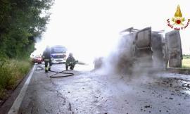Morrovalle, autofurgone in fiamme in Contrada San Martino: Vigili del Fuoco al lavoro