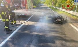 Pieve Torina, moto in fiamme dopo lo scontro con un'auto: due persone all'ospedale