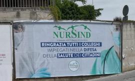 Un manifesto per ringraziare gli infermieri impegnati nella lotta al coronavirus