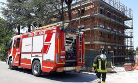 Potenza Picena, tetto di una palazzina in costruzione prende fuoco (FOTO)