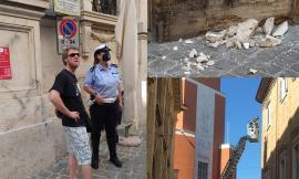 """Macerata, pezzi di cornicione cadono in strada: """"Tragedia sfiorata"""" (FOTO)"""