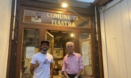 Fiastra accoglie Alessandro Mucci, il triatleta che pedala per la ricerca contro il cancro