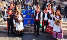 """Montecosaro, Li Matti de Montecò tornano con il libro """"Un salto nel folklore"""""""