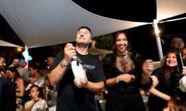 """Civitanova, festa a sorpresa al """"Madeira"""": Mauro Alberti spegne 46 candeline a ritmo di samba (Fotogallery)"""