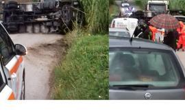 Macerata, camion si ribalta in curva e travolge un'auto: intervengono i soccorsi