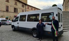 """Montecosaro, un nuovo minibus per gli alunni della scuola d'infanzia grazie alla """"Fondazione Carima"""""""