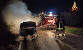 Recanati, auto in fiamme in Via Montefanese : Vigili del Fuoco in azione