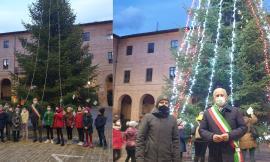 Caldarola, torna l'albero di Natale in piazza dopo il sisma: luci bianche e rosse