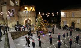 """Petriolo accende l'albero in piazza con bimbi e ragazzi, il sindaco: """"Segnale di speranza"""""""