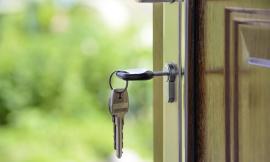Cambia la serratura dell'immobile impedendo l'ingresso a chi ne ha diritto: condannato