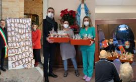 """Loro Piceno, il sindaco """"si veste"""" da Babbo Natale: sotto l'albero regali per le scuole e la casa di riposo"""