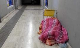 """Macerata - solo, senza aiuto e costretto a dormire in stazione. L'appello via social: """"Aiutiamolo"""""""