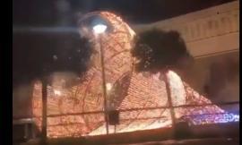 Raffiche di vento abbattono l'Albero di Natale di Urbisaglia
