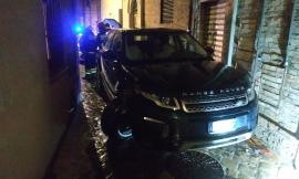 Macerata,  uomo perde il controllo del suv in un vicolo e trancia una conduttura del gas (FOTO)