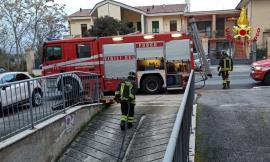 Macerata, paura in via Valenti: divampa incendio in un garage