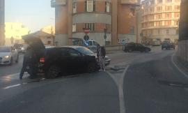Macerata, scontro frontale tra due auto: chiusa temporaneamente via dei Velini