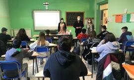 Caldarola, si ritorna tra i banchi: il sindaco in visita alla scuola