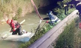 Corridonia, l'auto esce di strada e finisce sott'acqua in un canale: sfiorata la tragedia (FOTO)