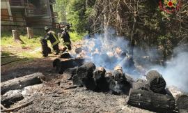 Ussita, l'incendio di una catasta di legna minaccia il bosco: i vigili del fuoco evitano il peggio