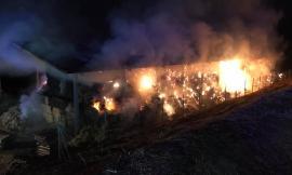 Pollenza, in fiamme nella notte capannone agricolo con oltre 5mila quintali di fieno