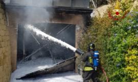 Petriolo, scoppia incendio nel garage di un'abitazione: le fiamme avvolgono anche un'auto