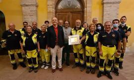 Morrovalle, Protezione civile in prima linea nelle emergenze: il sindaco consegna una targa
