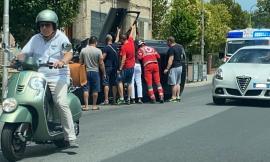 Macerata, finisce contro un palo e si ribalta con l'auto a Sforzacosta: donna soccorsa dal 118