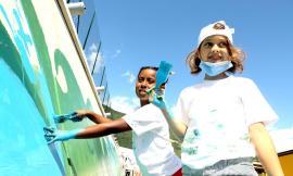 Muccia, i bimbi disegnano un murales nel villaggio Sae: festa di colori grazie alla Fondazione Bocelli (FOTOGALLERY)