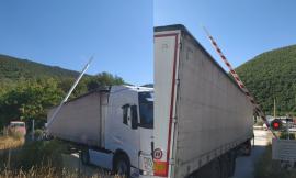 San Severino, camion bloccato al passaggio a livello: traffico ferroviario in tilt per 30 minuti