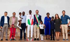 """Montecassiano riaccoglie il suo """"sportivo più forte di sempre"""": festa doppia per Ndiaga Dieng"""