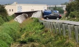 Montelupone, camion si ribalta lungo la Regina: strada chiusa al traffico