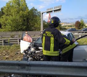Montecosaro, auto si schianta contro il guardrail in superstrada: un ferito grave e traffico in tilt