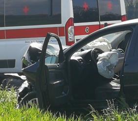 Pollenza, finisce con l'auto fuori strada: tre feriti - Foto e video